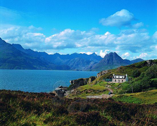 斯凯岛满足了游客对于旅游的所有想象美丽独特的风景、凛冽的空气以及纯朴的人民。它在凯尔特语中是迷雾中的岛屿之意,是赫布里底群岛的众多岛屿中最大、最美、最具代表性的一个。 &nbsp  斯凯岛是苏格兰西部赫布里斯群岛中最大最北的岛屿,位于苏格兰西北近海处。属苏格兰高地议会区,是因弗内斯历史郡的一部分。长约80公里(50哩),最宽处不到8公里(5哩)。岛大部分是高沼地。并不适合开垦种植,因此自古以来,斯凯岛一直是荒凉、贫瘠的小岛。 &nbsp  十九世纪曾有一些云游四方的艺术家们从连绵的丘陵、陡峭的绝壁中