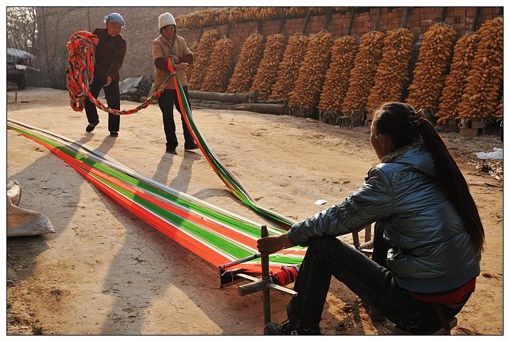 &nbsp兴平素有布衣之乡的美誉,民间盛行土布纺织,历史上的张良卖布即源于此。   土织布是世代沿用的一种纯棉手工纺织品,具有浓郁的乡土气息和鲜明的地域特色,在中国纺织史上占着举足轻重的地位。关中农村是纯棉土织布的发源地,它历史悠久,在关中农村一直延续农闲时妇女们在家纺线织布的习俗。   土织布所具有的民族图案、古老民间工艺等特点已使它成为了一项文化遗产。在当今崇尚绿色、回归自然的消费潮流中,受到广泛追捧。