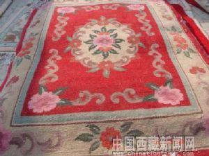 藏毯是西藏各类民族手工艺品中又一亮点.藏毯是世界三大名毯之一